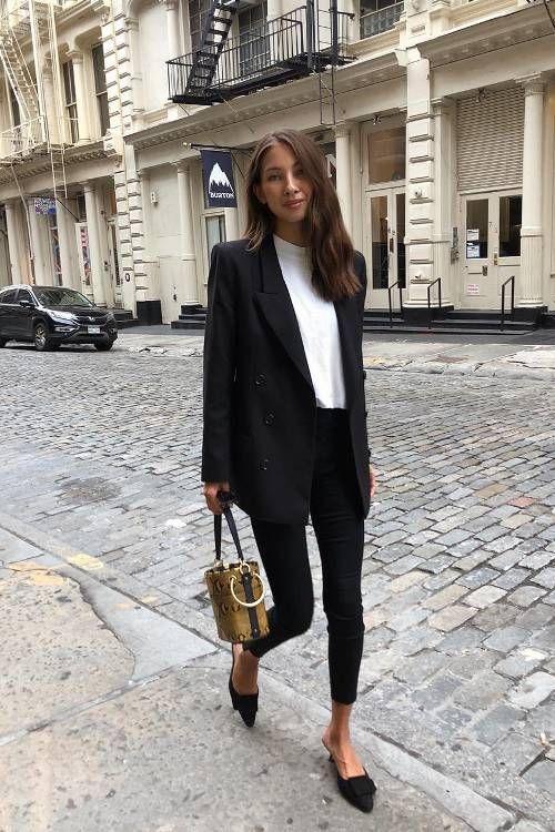 Black & white outfits: λευκή μπλούζα, μαύρο παντελόνι και μαύρο παλτό