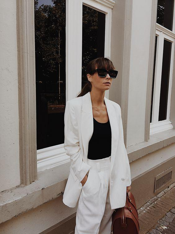 Black & white outfits: μαύρη μπλούζα με λευκό παλτό και λευκό παντελόνι