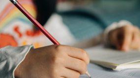 Σοβαρός λόγος: Έρευνα δείχνει γιατί είναι αναγκαίο τα παιδιά να γράφουν με το χέρι κι όχι με το πληκτρολόγιο