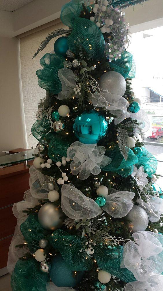 Χριστουγεννιάτικη διακόσμηση: Χριστουγεννιάτικο δεντρό με μπλε και ασημί στολίδια