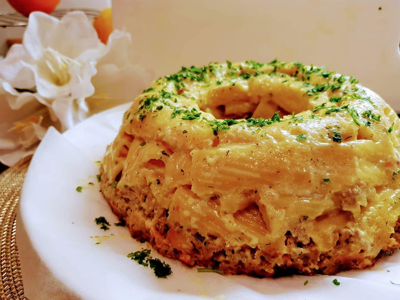 Μακαρόνια πένες ογκρατέν με κιμά & κουρκουμά στη φόρμα του κέικ