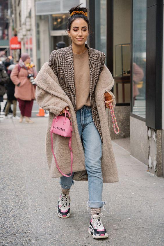 Loose-fitting jeans: Γαλάζιο loose fitting jean με μπεζ μπλούζα και μπεζ tedy bear coat
