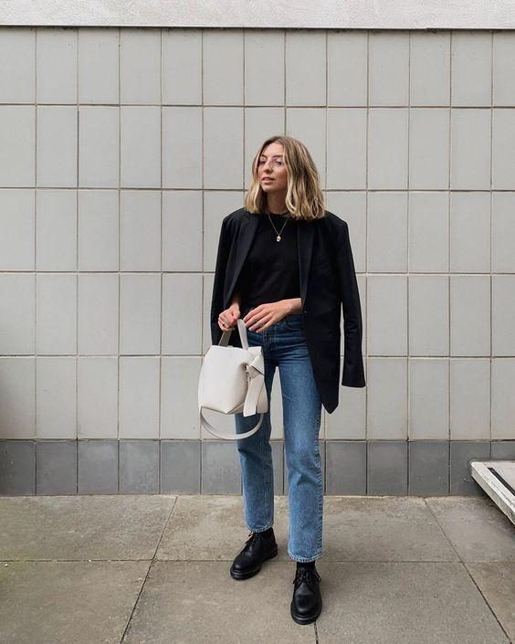 Loose-fitting jeans: Μπλε losse fitting jean με μαύρη μπλούζα και μαύρο πανωφόρι
