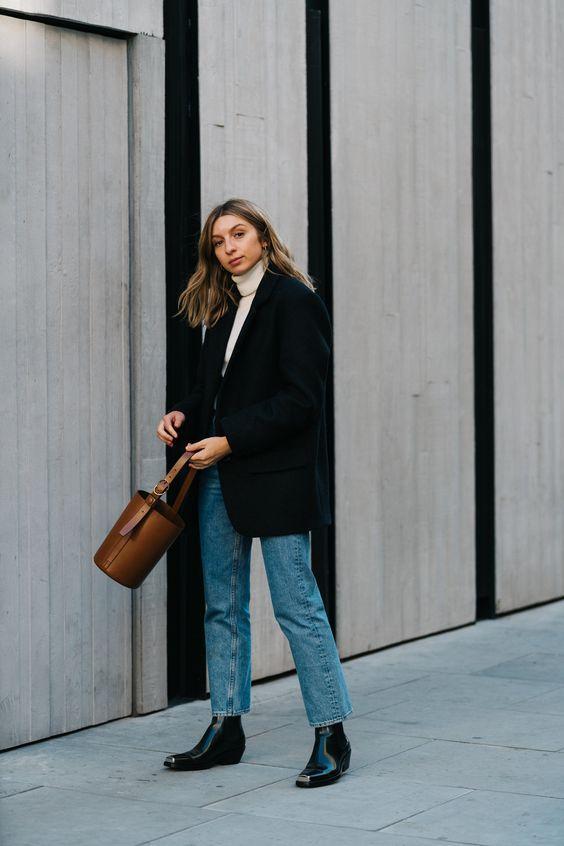 Loose-fitting jeans: Μπλε loose fitting jean με λευκό πουλόβερ, μαύρο σακάκι και μαύρα παπούτσια με λουστρίνι