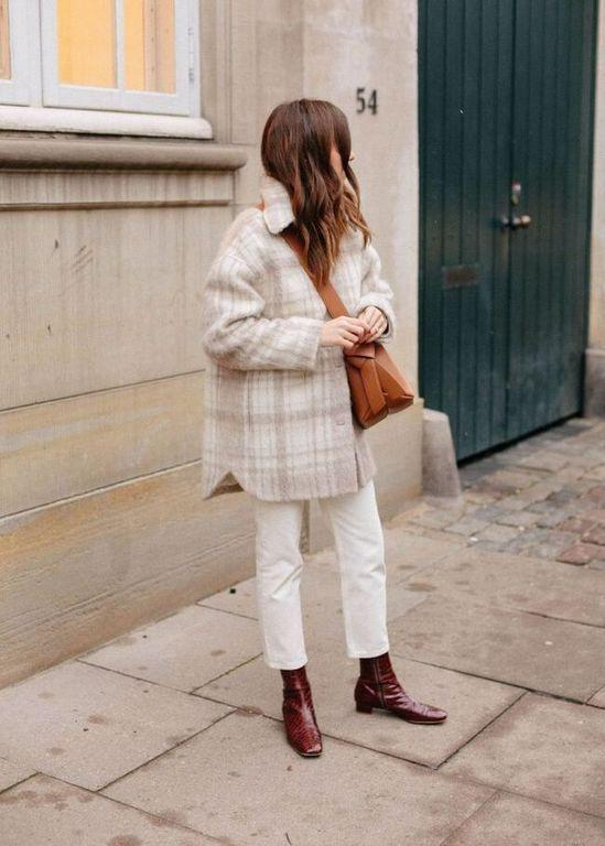 Loose-fitting jeans: Λευκό loose fitting jean με λευκό καρό πανωφόρι και καφέ τσάντα