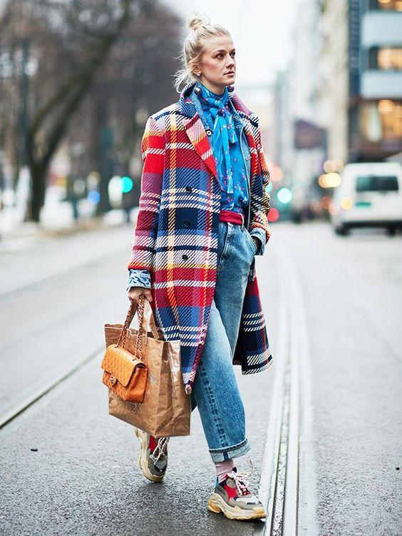 Loose-fitting jeans: Μπλε loose fitting jean με καρό χρωματιστό πανωφόρι, μπλε πουκάμισο και χρωματιστά sneakers