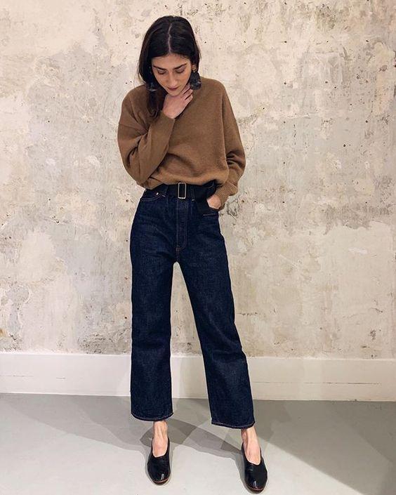 Loose-fitting jeans: Σκούρο μπλε loose fitting jean με καφέ μπλούζα