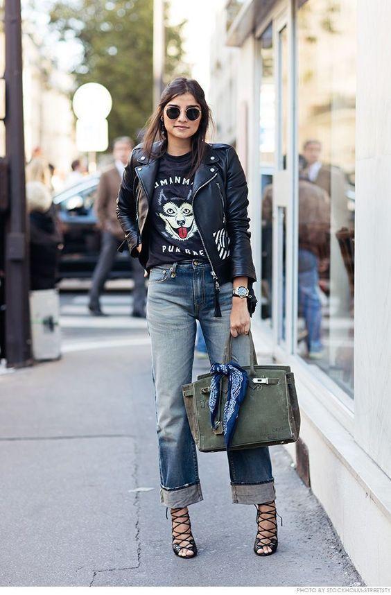 Loose-fitting jeans: Ξεθωριασμένο γαλάζιο loose fitting jean με μπλούζα με στάμπα και δερμάτινο jacket