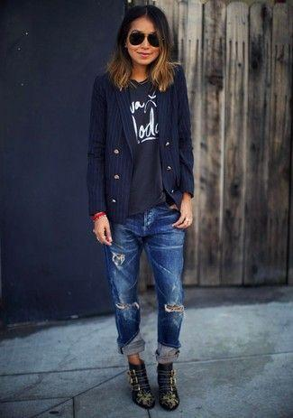 Loose-fitting jeans: Σκούρο μπλε με σκισίματα loose fitting jean με μαύρη μπλούζα με στάμπα και μαύρο σακάκι