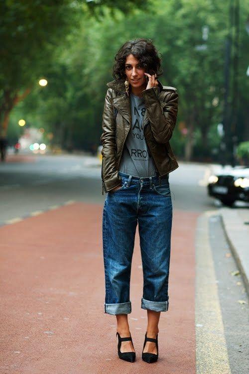Loose-fitting jeans: Μπλε loose fitting jean με γκρι μπλούζα και χακί δερμάτινο jacket