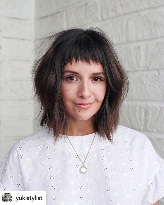 Κοντές αφέλειες: Κοντές αφέλειες σε καστανά καρέ μαλλιά