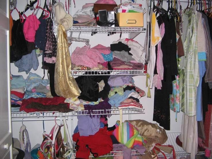 Τι σημαίνει για την ψυχολογία σας κάθε μέρος του σπιτιού που είναι ακατάστατο: Ακαταστασία στην ντουλάπα!