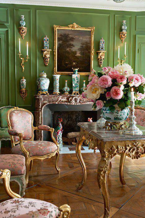 Vintage διακόσμηση στο σπίτι: πράσινο χρώμα στους τοίχους και έπιπλα αντίκες