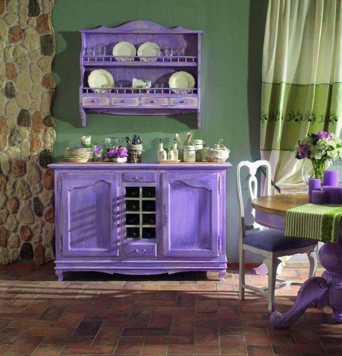 Vintage διακόσμηση στο σπίτι: μοβ έπιπλα αντίκα, πράσινο χρώμα στους τοίχους και vintage πράσινες κουρτίνες