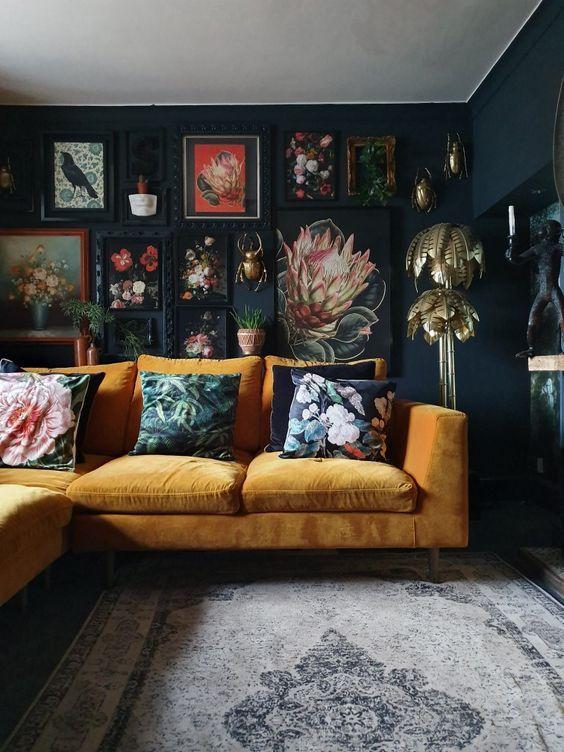 Vintage διακόσμηση στο σπίτι: vintage κάδρα και vintage μαξιλάρια του καναπέ στο καθιστικό