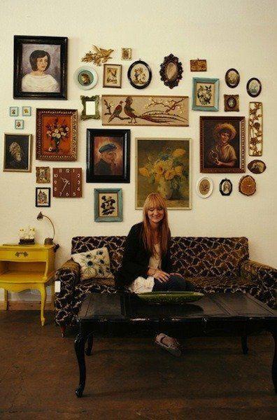 Vintage διακόσμηση στο σπίτι: vintage κάδρα και vintage φωτογραφίες στο καθιστικό