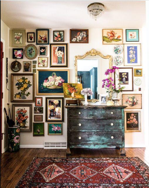 Vintage διακόσμηση στο σπίτι: έπιπλο αντίκα, με vintage καθρέφτες και vintage κάδρα