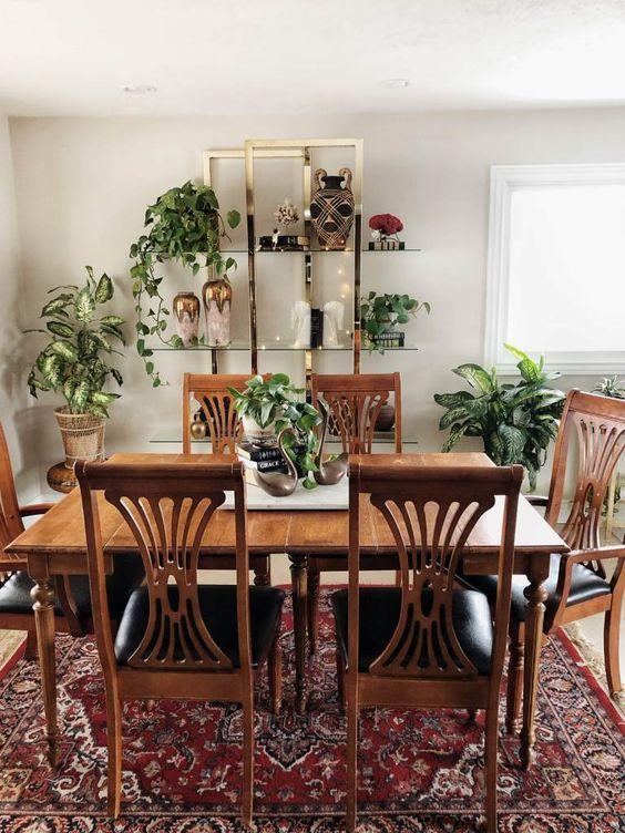 Vintage διακόσμηση στο σπίτι: αντίκα τραπεζαρία στο σαλόνι και vintage κόκκινο χαλί