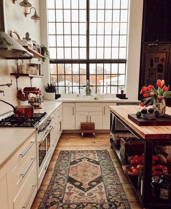 Vintage διακόσμηση στο σπίτι: vintage χαλί σε κόκκινες αποχρώσεις μπροστά από τον νεροχύτη