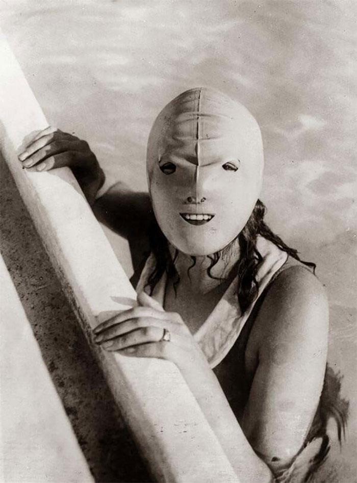 """30 Αδιανόητα πράγματα που οι γυναίκες έκαναν στο παρελθόν για να δείχνουν """"όμορφες"""" : Φορούσαν fullface κολύμβησης για να προστατεύσουν το δέρμα τους από τον ήλιο το 1920!"""
