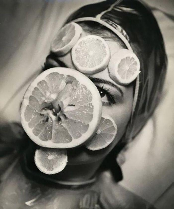 """30 Αδιανόητα πράγματα που οι γυναίκες έκαναν στο παρελθόν για να δείχνουν """"όμορφες"""" : Μάσκα προσώπου με φρούτα το 1930."""