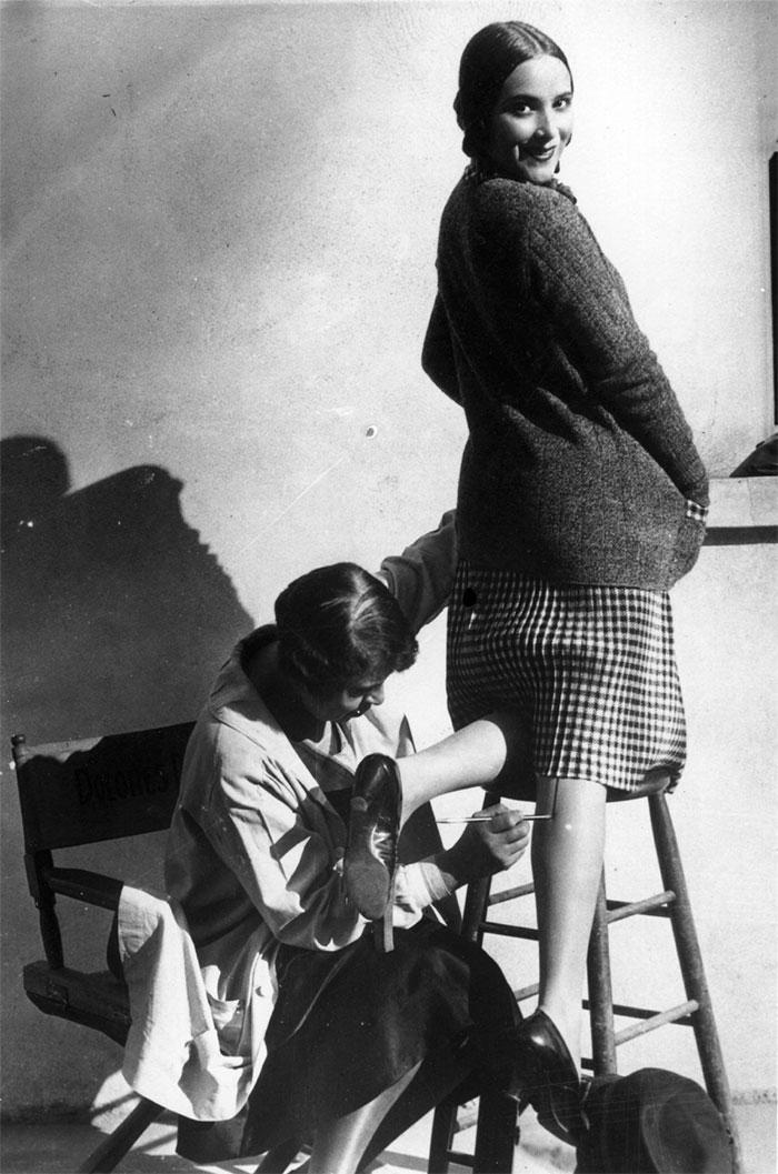 """30 Αδιανόητα πράγματα που οι γυναίκες έκαναν στο παρελθόν για να δείχνουν """"όμορφες"""" : ζωγράφιζαν """"ραφές"""" στο πόδι τους, για να φαίνεται ότι φορούσαν κάλτσες."""