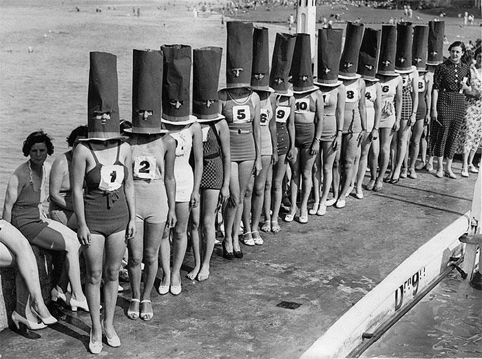 """30 Αδιανόητα πράγματα που οι γυναίκες έκαναν στο παρελθόν για να δείχνουν """"όμορφες"""": Διαγωνισμός ομορφιάς χωρίς πρόσωπο στο Cliftonville, 1936."""