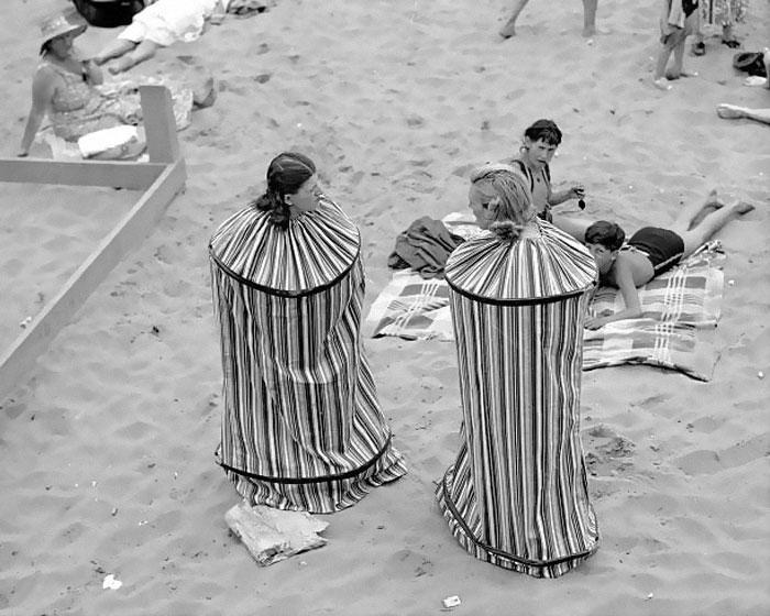 """30 Αδιανόητα πράγματα που οι γυναίκες έκαναν στο παρελθόν για να δείχνουν """"όμορφες"""": πως άλλαζαν τα ρούχα τους οι γυναίκες στην παραλία το 1930"""