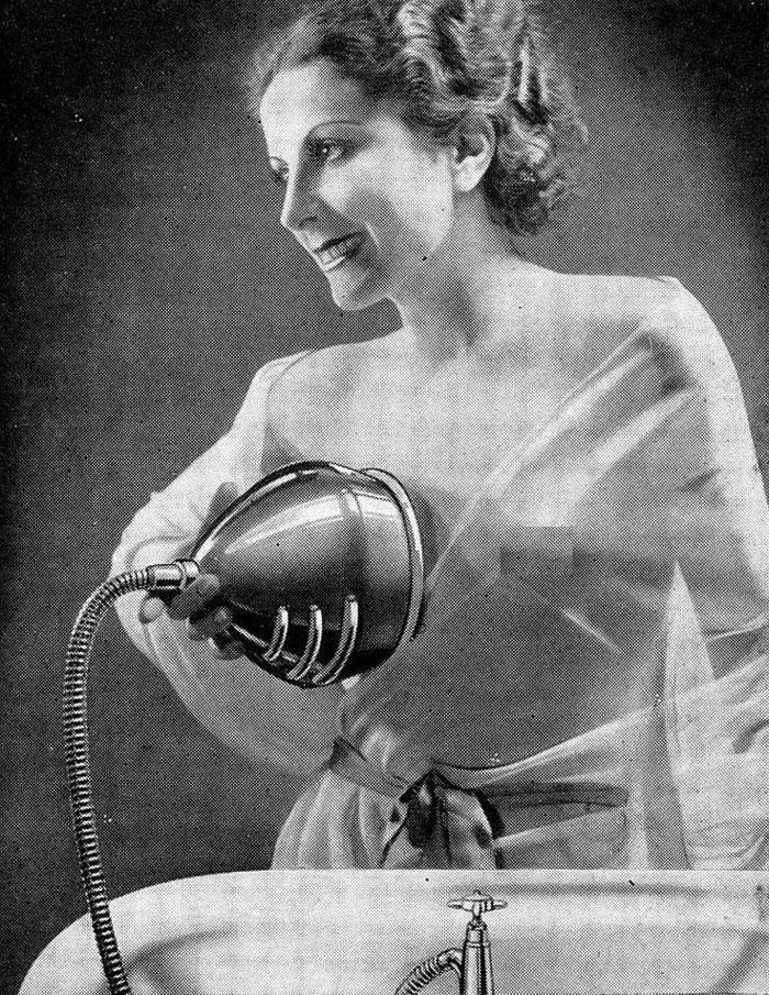 """30 Αδιανόητα πράγματα που οι γυναίκες έκαναν στο παρελθόν για να δείχνουν """"όμορφες"""" : Ένας τρόπος να πλένουν το στiθος τους οι γυναίκες το 1930."""