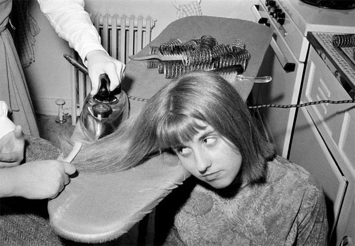 """30 Αδιανόητα πράγματα που οι γυναίκες έκαναν στο παρελθόν για να δείχνουν """"όμορφες"""" : Το 1964 ίσιωναν τα μαλλιά τους με το σίδερο για τα ρούχα!"""