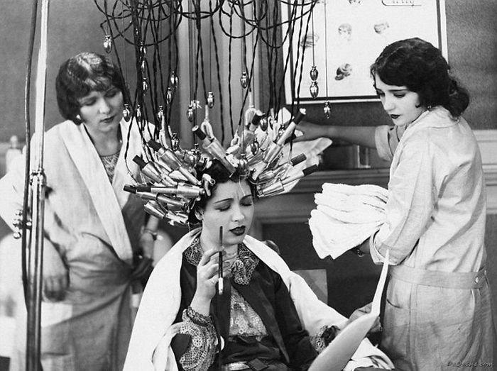 """30 Αδιανόητα πράγματα που οι γυναίκες έκαναν στο παρελθόν για να δείχνουν """"όμορφες"""" : Πως έκαναν περμανάντ το 1929 στην Γερμανία!"""