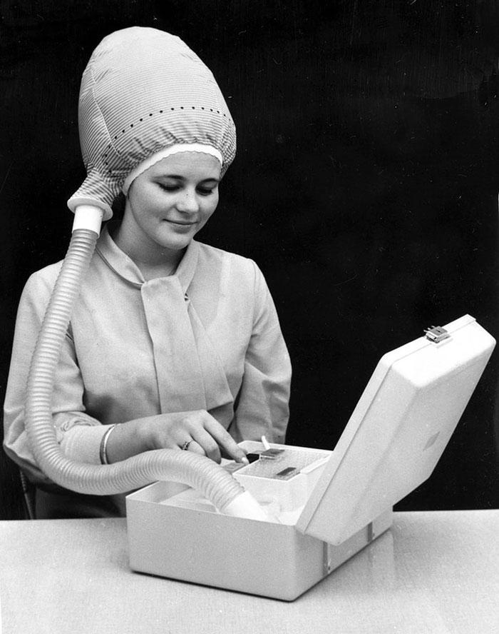 """30 Αδιανόητα πράγματα που οι γυναίκες έκαναν στο παρελθόν για να δείχνουν """"όμορφες"""" : Πιστολάκι για τα μαλλιά το 1940."""