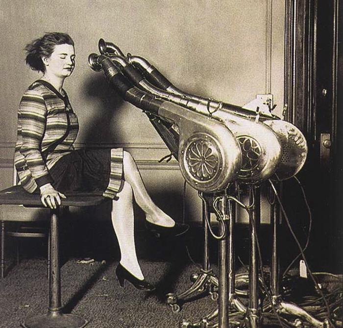 """30 Αδιανόητα πράγματα που οι γυναίκες έκαναν στο παρελθόν για να δείχνουν """"όμορφες"""" : Πιστολάκι για τα μαλλιά το 1920."""