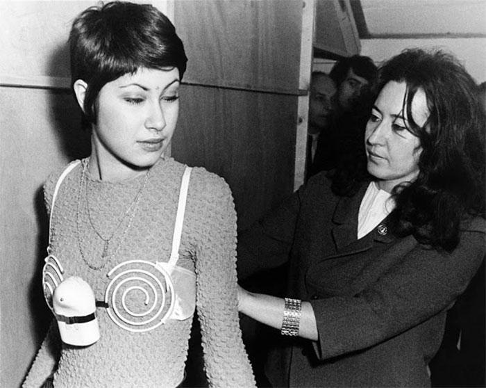 """30 Αδιανόητα πράγματα που οι γυναίκες έκαναν στο παρελθόν για να δείχνουν """"όμορφες"""" : Σουτιέν με...δόνηση το 1971 στις Βρυξέλλες."""