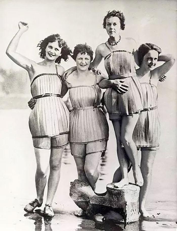 """30 Αδιανόητα πράγματα που οι γυναίκες έκαναν στο παρελθόν για να δείχνουν """"όμορφες"""" : Γυναικεία μαγιό το 1929."""
