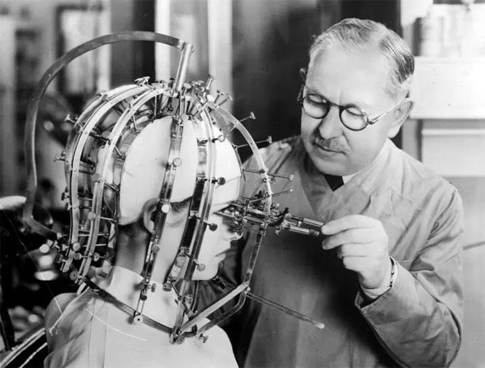 Μετρούσαν τις διαστάσεις στο κεφάλι μίας γυναίκας το 1933