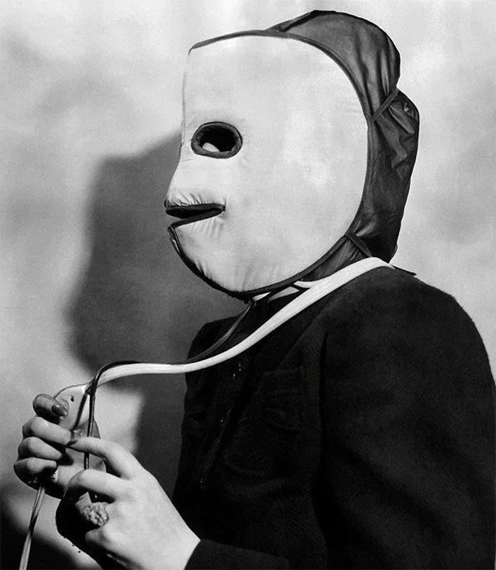 """30 Αδιανόητα πράγματα που οι γυναίκες έκαναν στο παρελθόν για να δείχνουν """"όμορφες"""" : Μάσκα θέρμανσης προσώπου, 1940."""