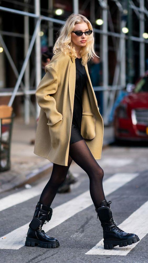 Chunky Boots: Chunky boots με μίνι satin φόρεμα, μπεζ πανωφόρι και μαύρο καλσόν