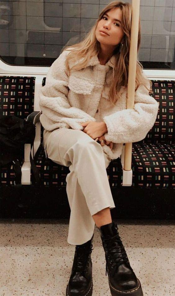 Chunky Boots: Chunky boots με tedy bear coat και μπεζ παντελόνι