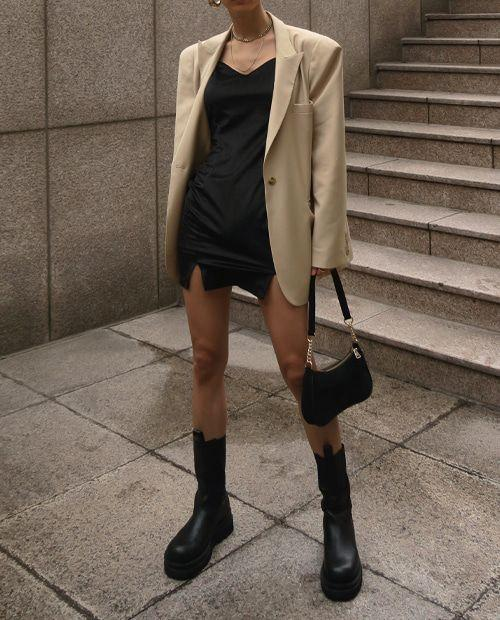 Chunky Boots: Μαύρο satin φόρεμα και μπεζ σακάκι