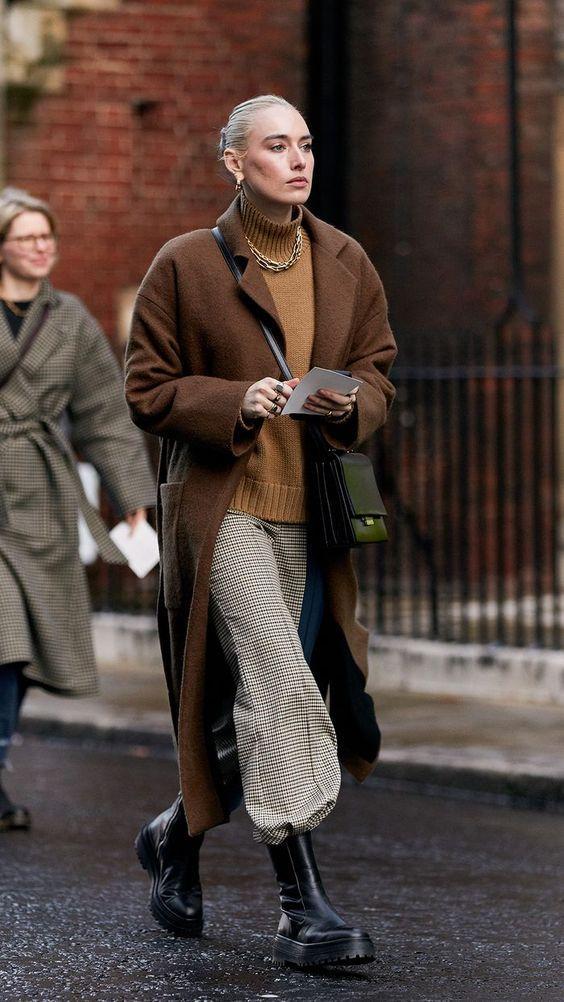 Chunky Boots: Καφέ πουλόβερ με καφέ σκούρο πανωφόρι και καρό παντελόνι