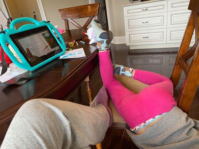 11 φωτογραφίες παιδιών που έκαναν εξ αποστάσεως διδασκαλία: παιδί έπεσε από την καρέκλα την ώρα του μαθήματος εξ' αποστάσεως