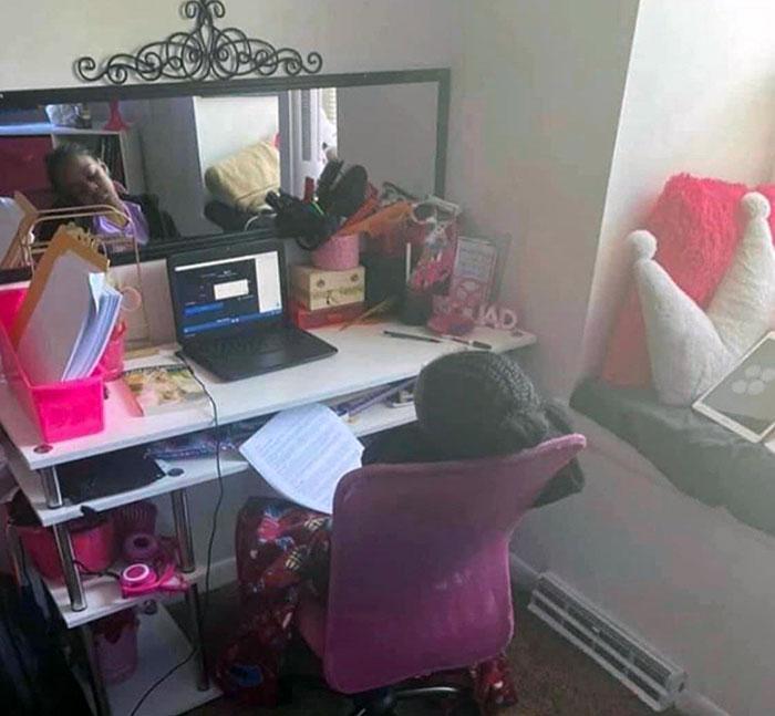 11 φωτογραφίες παιδιών που έκαναν εξ αποστάσεως διδασκαλία : κοριτσάκι κοιμάται στην καρέκλα κατά τη διάρκεια του μαθήματος εξ αποστάσεως
