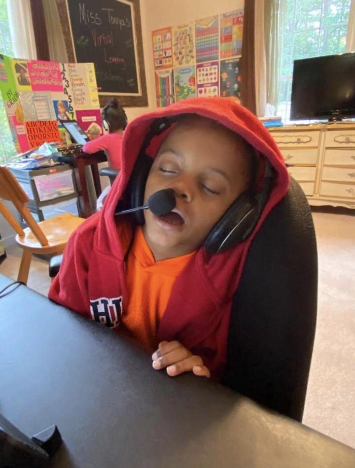 11 φωτογραφίες παιδιών που έκαναν εξ αποστάσεως διδασκαλία: παιδί κοιμάται με το μικρόφωνο στο στόμα κατά τη διάρκεια του μαθήματος εξ' αποστάσεως