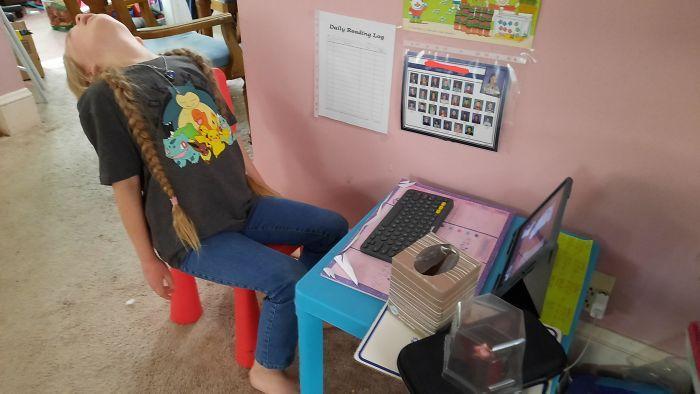 11 φωτογραφίες παιδιών που έκαναν εξ αποστάσεως διδασκαλία: παιδί κοιμάται στην καρέκλα