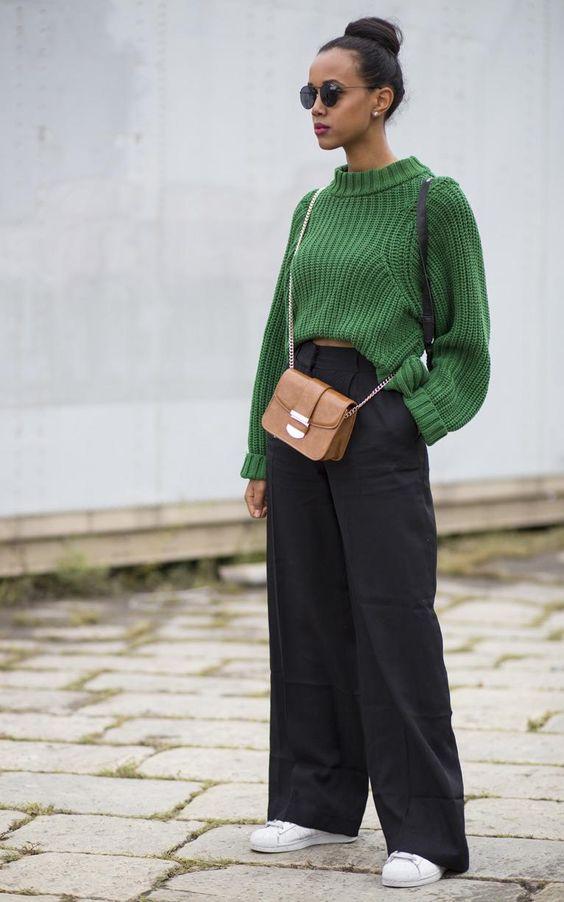Knitwear outfit: Πλεκτό πράσινο πουλόβερ με μαύρη παντελόνα