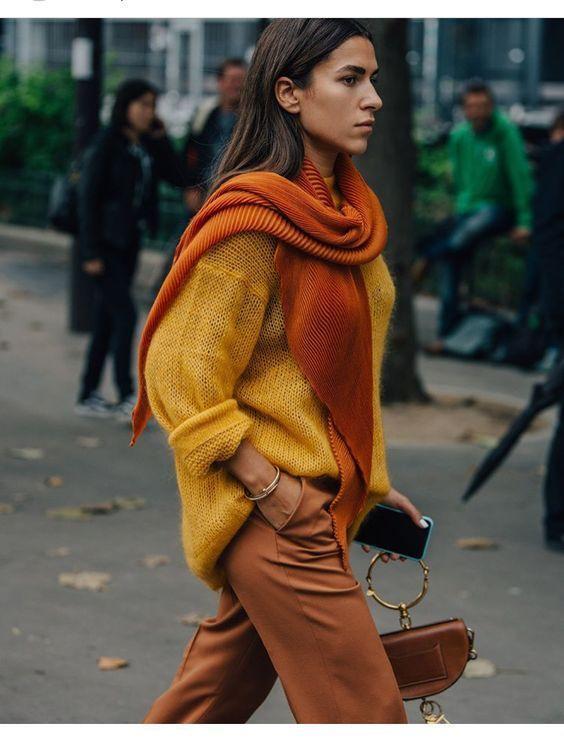 Knitwear outfit: Μουσταρδί πλεκτή μπλούζα με πορτοκαλί πλεκτό κασκόλ και καφέ παντελόνι