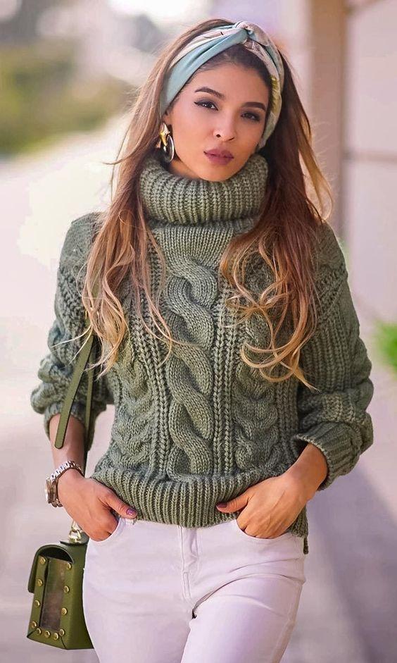 Knitwear outfit: Πλεκτό χακί πουλόβερ με λευκό παντελόνι