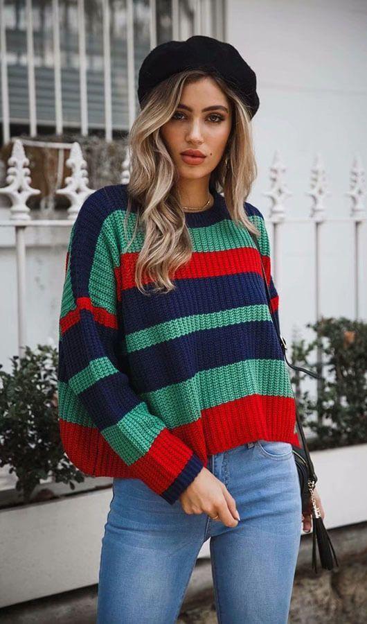 Knitwear outfit: Πλεκτό πουλόβερ σε πράσινες, κόκκινες και μπλε αποχρώσεις