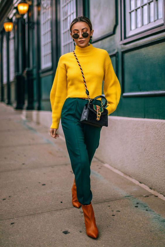 Knitwear outfit: Μουσταρδί πλεκτό πουλόβερ με πράσινο παντελόνι και καφέ μποτάκια